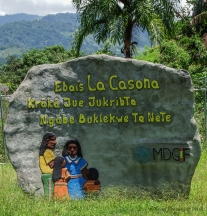The sign designating the new clinic in Spanish and in the Ngobe-Bugle language.